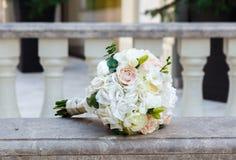 Ramo hermoso de la boda en la barandilla del mármol del vintage Imagenes de archivo