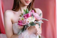 Ramo hermoso de la boda en las manos de la novia Imagen de archivo