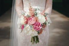 Ramo hermoso de la boda en las manos de la novia fotografía de archivo libre de regalías