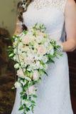 Ramo hermoso de la boda en las manos de la novia Flores de Weding Foto de archivo