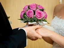 Ramo hermoso de la boda en manos de novias y de los novios imagen de archivo