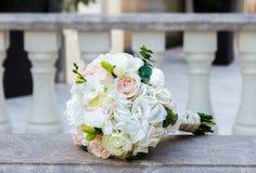 Ramo hermoso de la boda en una barandilla del mármol del vintage Fotografía de archivo