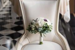 Ramo hermoso de la boda en una silla del vintage Imagen de archivo libre de regalías