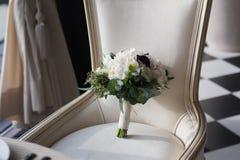 Ramo hermoso de la boda en una silla del vintage Imagenes de archivo