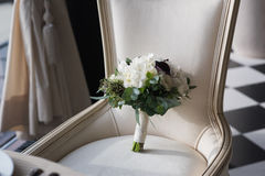 Ramo hermoso de la boda en una silla del vintage Imágenes de archivo libres de regalías