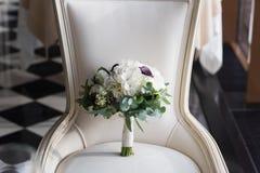 Ramo hermoso de la boda en una silla del vintage Fotos de archivo