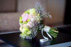 Ramo hermoso de la boda en una tabla imagenes de archivo