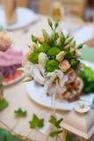 Ramo hermoso de la boda en una tabla de rosas blancas y beige Imágenes de archivo libres de regalías