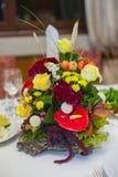 Ramo hermoso de la boda en una tabla en restaurante Fotos de archivo