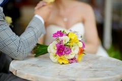 Ramo hermoso de la boda que pone en una tabla fotos de archivo libres de regalías