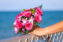 Ramo hermoso de la boda sostenido por la novia Imagenes de archivo