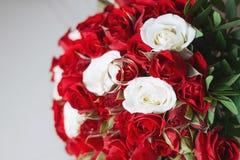 Ramo hermoso de la boda y anillos de bodas hermosos Imagenes de archivo