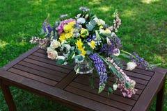 Ramo hermoso de la flor al aire libre Casarse la decoración florística en la tabla de madera Imágenes de archivo libres de regalías