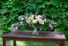 Ramo hermoso de la flor al aire libre Casarse la decoración florística en la tabla de madera Foto de archivo