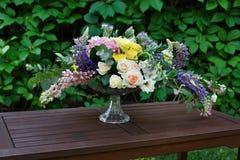 Ramo hermoso de la flor al aire libre Casarse la decoración florística en la tabla de madera Fotos de archivo