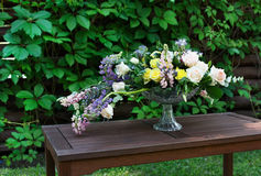 Ramo hermoso de la flor al aire libre Casarse la decoración florística en la tabla de madera Imagen de archivo