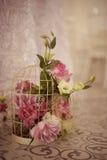 Ramo hermoso de la flor en jaula de pájaros Imagen de archivo