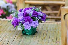 Ramo hermoso de la flor en la tabla de madera Fotografía de archivo libre de regalías