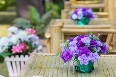 Ramo hermoso de la flor en la tabla de madera Imagen de archivo libre de regalías