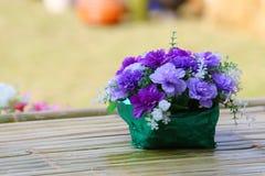 Ramo hermoso de la flor en la tabla de madera Foto de archivo