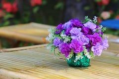 Ramo hermoso de la flor en la tabla de madera Foto de archivo libre de regalías