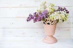 Ramo hermoso de lila en florero rosado Imágenes de archivo libres de regalías