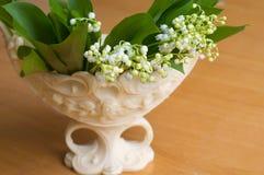 Ramo hermoso de lirio de valles en un florero elegante fotografía de archivo libre de regalías