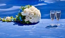 Ramo hermoso de novia y de copas de vino Fotos de archivo libres de regalías