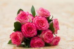 Ramo hermoso de nueve rosas rosadas imagen de archivo