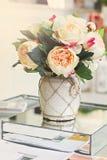 Ramo hermoso de peonías en un florero foto de archivo libre de regalías