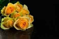 Ramo hermoso de rosas amarillas aisladas en fondo negro imagen de archivo
