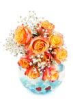 Ramo hermoso de rosas en un florero redondo de cristal Foto de archivo