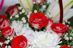 Ramo hermoso de rosas rojas del lirio y del crisantemo Fotos de archivo