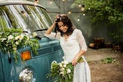 Ramo joven feliz alegre del control de la novia cerca del retro-microbús Primer Imágenes de archivo libres de regalías