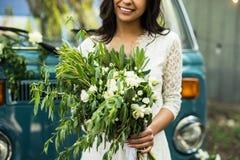 Ramo joven feliz alegre del control de la novia cerca del retro-microbús Primer Fotografía de archivo libre de regalías