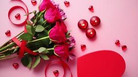Ramo mezclado de las flores con las rosas, las velas y las decoraciones de acrílico en forma de corazón