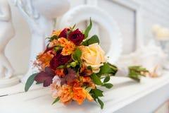 Ramo moderno hermoso de la boda en la tabla Foto de archivo libre de regalías
