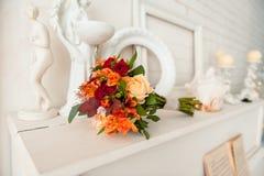 Ramo moderno hermoso de la boda en la tabla Fotos de archivo libres de regalías