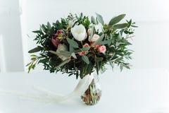 Ramo moderno hermoso de la boda en tablones de madera Foto de archivo libre de regalías