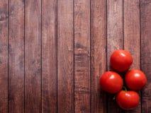 Ramo na tabela de madeira do vintage - ainda vida rural do tomate de cima de, colheita fresca do espaço da cópia do jardim Fotografia de Stock