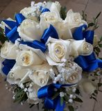 Ramo nupcial, boda, cintas azules, diamantes artificiales fotos de archivo