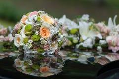 Ramo nupcial colocado en capo del coche de la boda imágenes de archivo libres de regalías