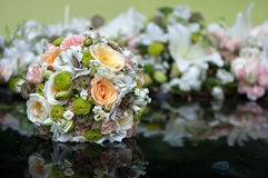 Ramo nupcial colocado en capo del coche de la boda foto de archivo