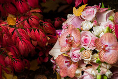 Ramo nupcial con la orquídea y las rosas apacibles Foto de archivo libre de regalías