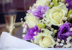 Ramo nupcial con las rosas blancas y las flores púrpuras Imagen de archivo