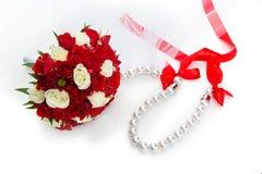 Ramo nupcial con las rosas rojas y blancas Fotos de archivo libres de regalías