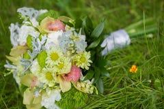 Ramo nupcial de diversas flores Fotografía de archivo