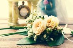 Ramo nupcial de flores blancas en superficie de madera Imagen de archivo libre de regalías