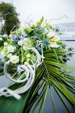 Ramo nupcial de flores en la capilla del coche Foto de archivo