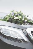 Ramo nupcial de flores en la capilla del coche Fotografía de archivo